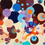 Graziela Pinto cria obras que interagem com dezenas de bolas coloridas, sua marca registrada
