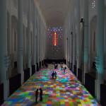Usando projeção digital, artista cria tapetes multicoloridos em chão de Igreja no Marrocos