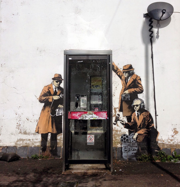 follow the colours Spy Booth Banksy 'Mobile Lovers' e 'Spy Booth': novos trabalhos de Banksy