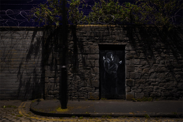 follow the colours banksy 2 'Mobile Lovers' e 'Spy Booth': novos trabalhos de Banksy
