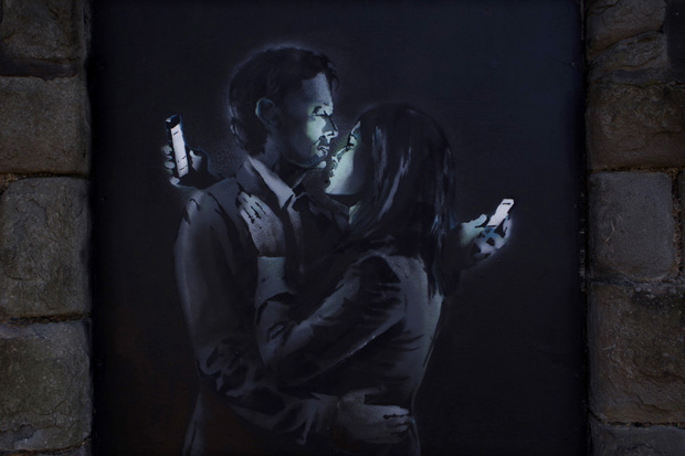 follow the colours banksy Mobile Lovers 'Mobile Lovers' e 'Spy Booth': novos trabalhos de Banksy