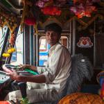 A vida atípica dentro dos decorados e coloridos caminhões da Índia