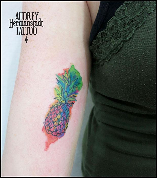 tattoo aquarela Audrey Hermanstadt abacaxi multicolorido