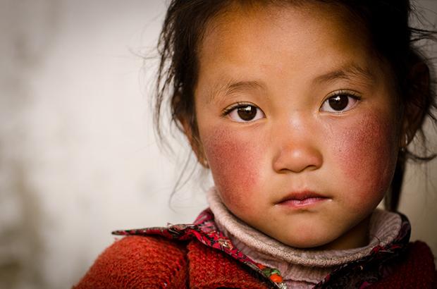 Vermelho cores menina China shutterstock_198369758