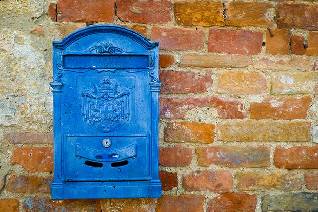 follow-the-colours-shutterstock-significado-cores-caixa-correio-azul