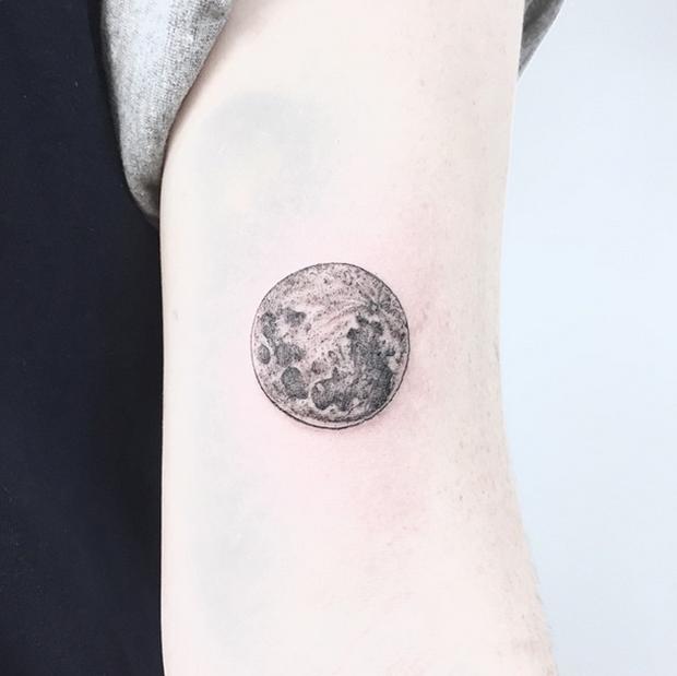 Caitlin thomas cria tattoos com linhas finas e muitos detalhes precisos follow the colours - Tatouage pleine lune ...