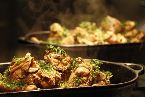 O mercado feira gastronômica galinhada dalva e dito