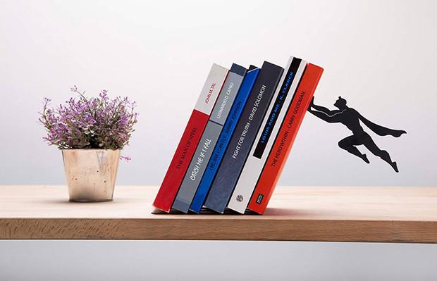 objetos de desejo supershelf aparador de livros super herói