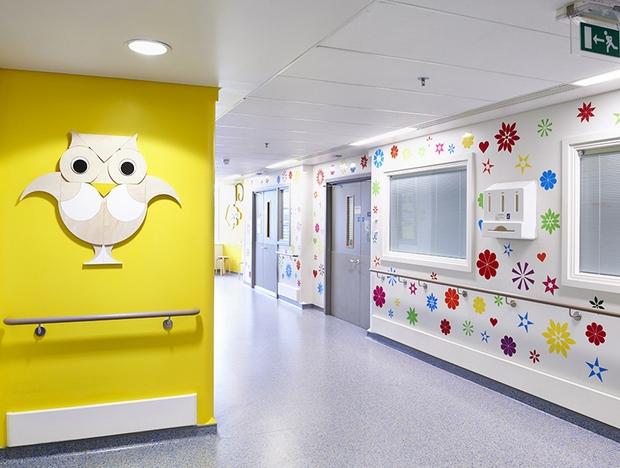 Hospital londrino re ne 15 artistas para redecorarem as for Idea de pintura de corredor