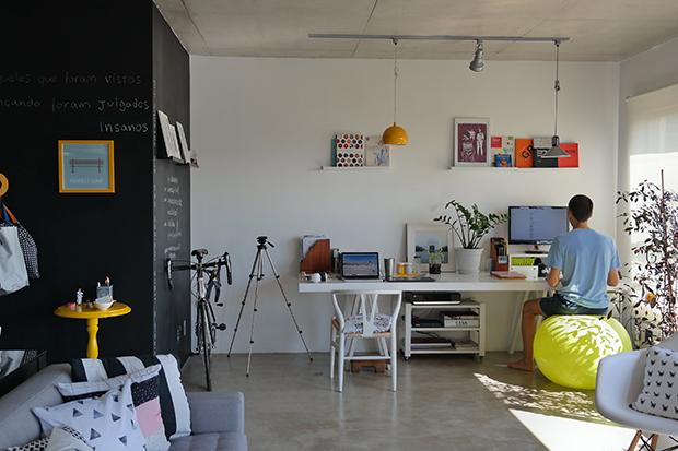 Up no Home Office: Apê amplo e moderno se transforma no home office criativo de Kalina e Marcos