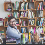 Up no Home Office: O calígrafo Fabio Maca mostra seu canto de trabalho iluminado, cheio de detalhes e inspirador