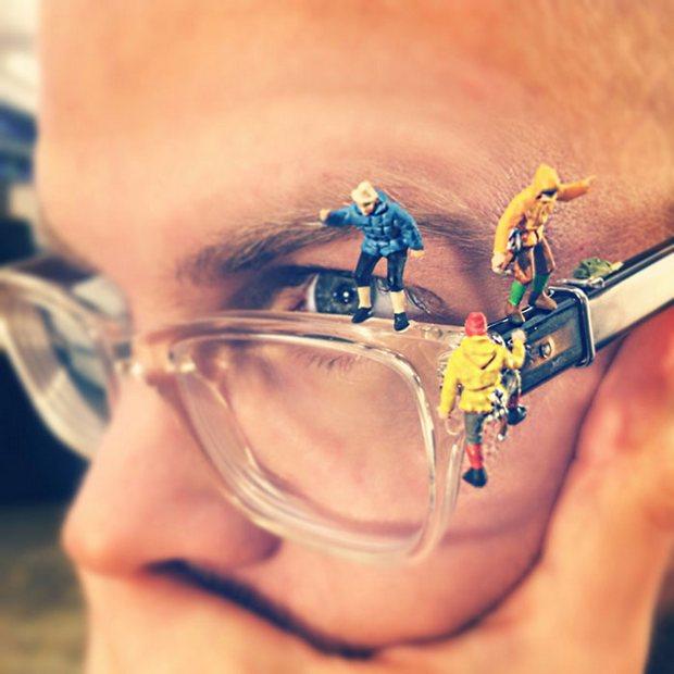 Designer cria divertidas fotografias em miniatura que retratam seu dia a dia em uma agência de publicidade