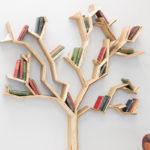 Literatura e natureza: estúdio de design inglês cria belas estantes em formato de árvores