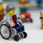 Em coleção inclusiva, LEGO quebra estereótipos de gênero e traz bonecos em cadeira de rodas