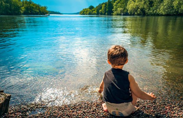 follow-the-colours-criancas-natureza-lago