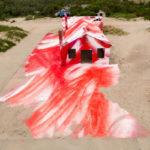 Construção abandonada em praia de Rockaway ganha cores e spray em instalação incrível