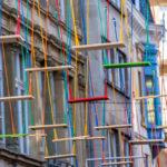 Artista instala centenas de balanços coloridos suspensos sobre rua de Luxemburgo