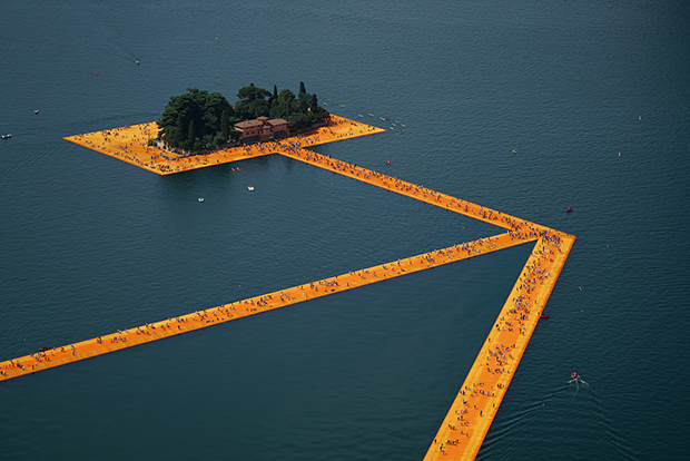 follow-the-colours-instalacao-the-floating-piers-Christo-01