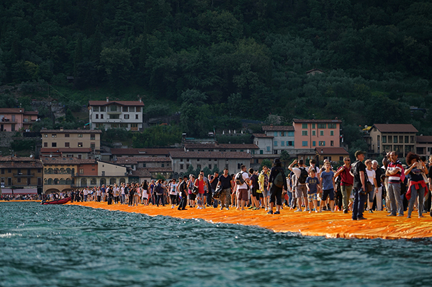 follow-the-colours-instalacao-the-floating-piers-Christo-09