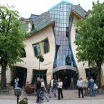 Conheça a Krzywy Domek, uma casa torta que encanta visitantes em Sopot, na Polônia