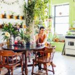 Floresta particular! Modelo americana decora seu pequeno apartamento com 500 plantas de 150 espécies diferentes