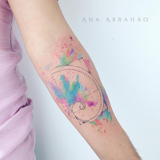Ana Abrahão transforma histórias em fantásticas tatuagens que misturam aquarelas, linhas finas e muita delicadeza na pele