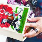 Parecem livros, mas são bolsas! Conheça as clutches bordadas à mão da marca russa Mrs. Chaplin