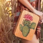Com muita técnica e criatividade, Grav Grav cria bolsas bordadas em ponto cruz. Na madeira!