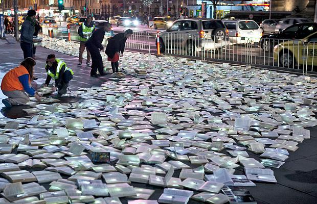 Luzinterruptus Instalação livros iluminados