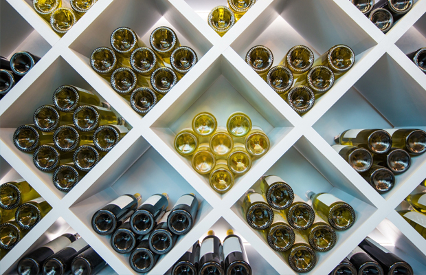Já pensou em ter uma adega em casa? Separamos dicas e inspirações para um cantinho do vinho