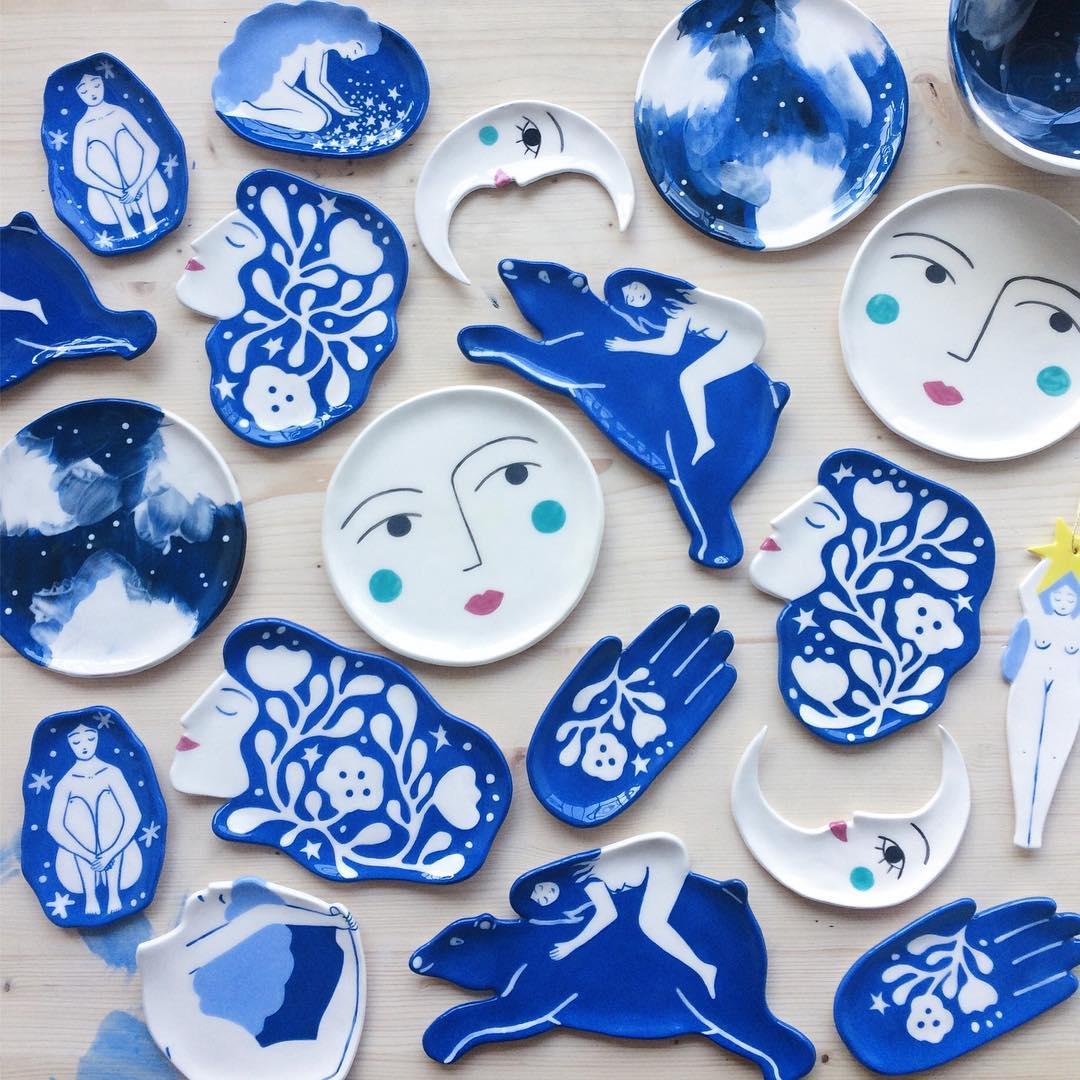 Lisa Junius: A artista que abraça figuras femininas, elementos cósmicos e paisagens naturais em tons de azul