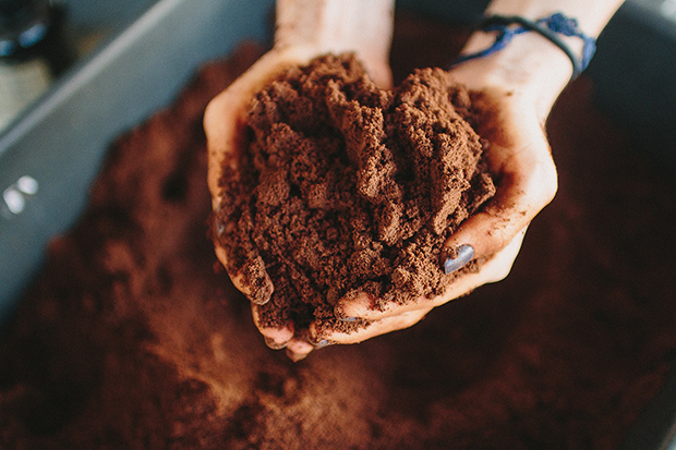 Recoffee: Marca de design brasileiro reutiliza borra de café para criar incríveis joias e peças sustentáveis